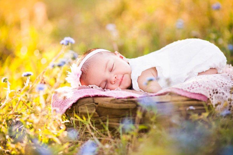 Tắm nắng là một cách giúp hạn chế mồ hôi trộm ở trẻ nhỏ